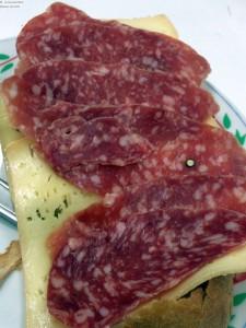 Brot mit Käse und Salami
