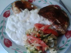 Putenbrust mit Salat und Tzatziki