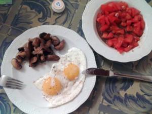Spiegeleier mit Tomatensalat und Champignons